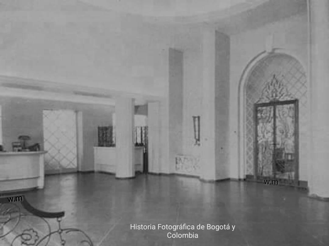 Recepción y Entrada principal del Hotel Granada frente al Parque Santander, (hoy construido en ese sitio el Banco de la República).... Bogotà año 1945. https://t.co/skRv8VyrOX