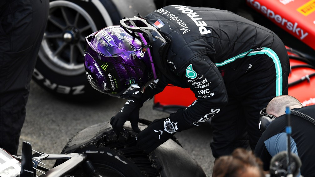 """Segunda chamada: no blog @voandobaixo, a análise da vitória de Lewis Hamilton no GP da Inglaterra: """"Pneu furado e vitória: Hamilton tem """"milagre"""" pra chamar de seu"""". Leia aqui: https://t.co/nzz9UeUdtK #F1naGlobo #F1noSporTV #F1noGE #RafaelLopes #VoandoBaixo https://t.co/xI0LfWDg7p"""
