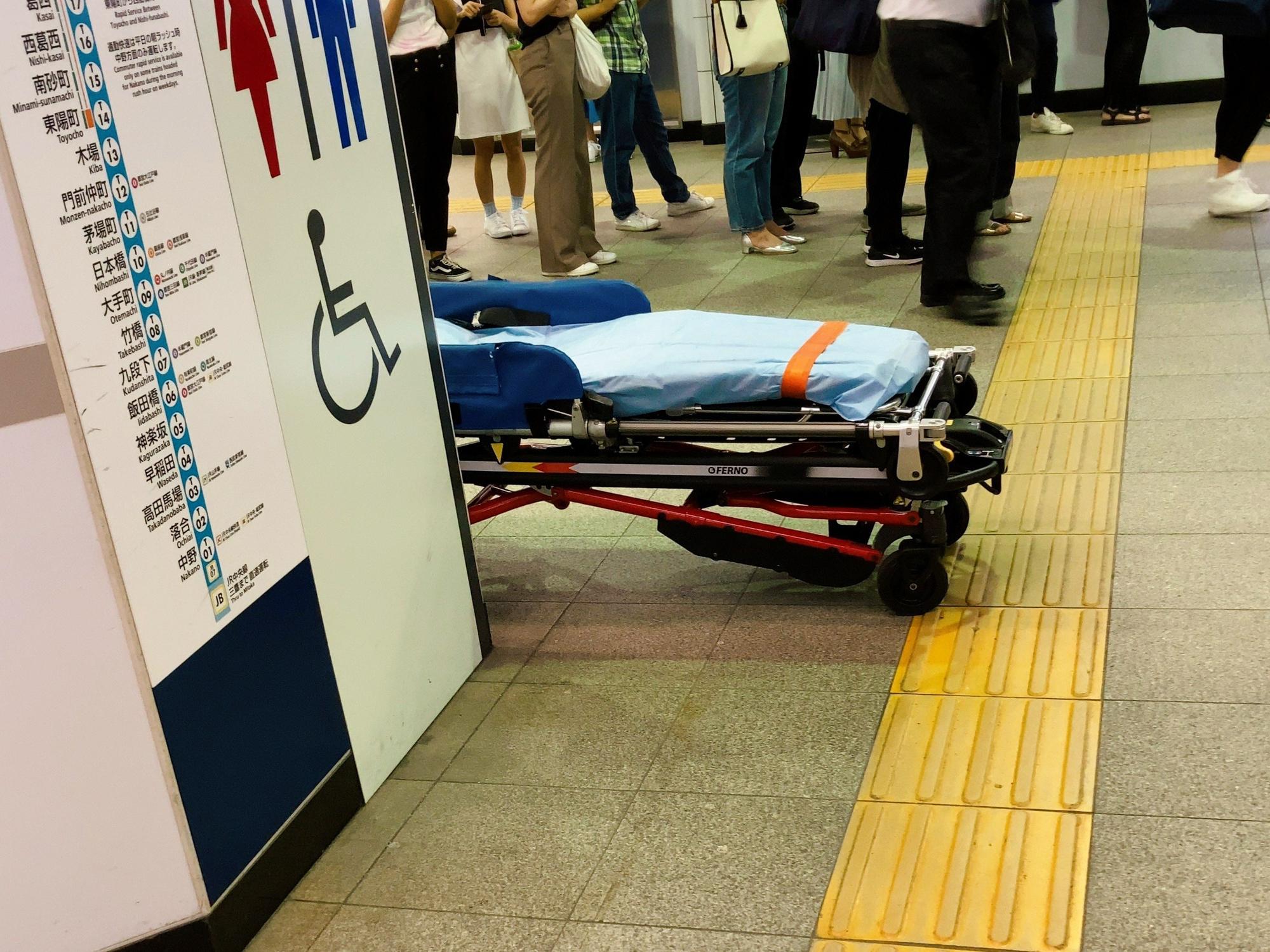 妙典駅の人身事故で搬送している画像