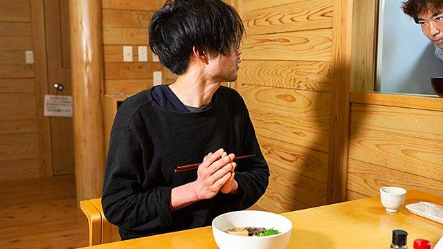後半、トビウオラーメンを友人にふるまうライター玉置さん(写真右上)がとても良いのでどうかお見逃しなく……。