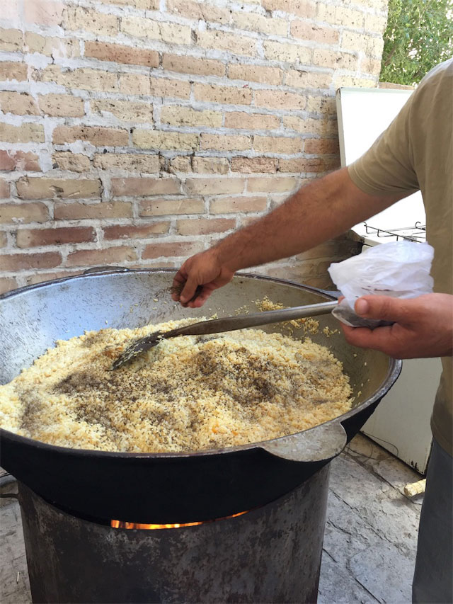 中央アジアを旅行中に、地元のおじさんが大鍋を振るって百人前くらいのプロフという米料理を作っているのを、ただぼんやりと眺めていたときの記録です。