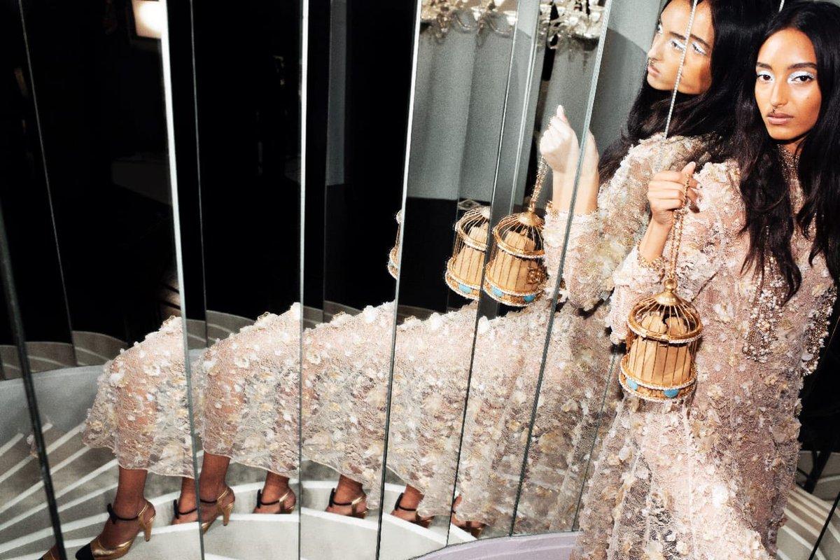 Une minaudière en forme de cage dorée constellée de strass, évoque la petite cage à oiseau présente dans l'appartement de Gabrielle Chanel. La collection #CHANELMetiersdArt 2019/20, imaginée par #VirginieViard et photographiée par Melodie Mcdaniel, est actuellement en boutique.