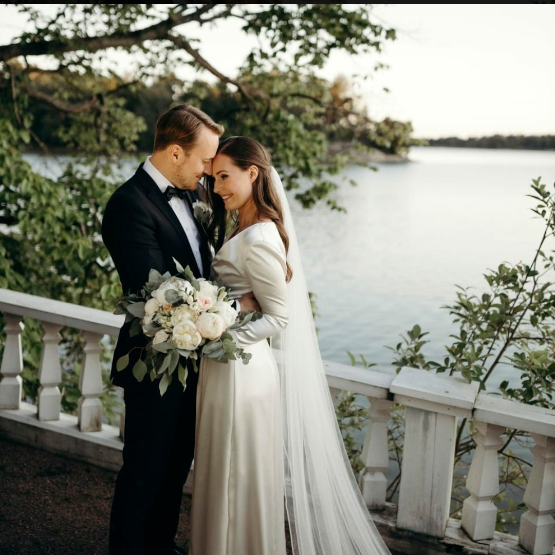 Başbakan Sanna Marin, 16 yıllık hayat arkadaşı Markus Räikkönen ile evlendi. 18 yaşından beri birlikte olan çiftin 2,5 yaşında bir kızları var. Marin, Hayatımı sevdiğim insanla paylaştığım için şanslıyım ve şükran duyuyorum. dedi.