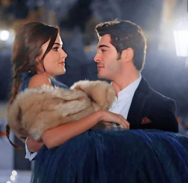 Yo amando a esta pareja #HandeErcel #BurakDeniz  #AskLaftanAnlamaz #Hayat #Murat @HandeErcel @_denizburak https://twitter.com/BurakDenizPe/status/1290091252717719554…pic.twitter.com/HU1WVxcKMF