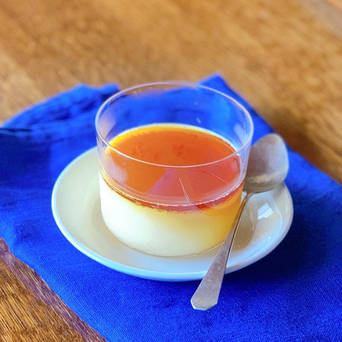 夏プリン材料(3個分)A 卵黄2個+砂糖大2+生クリーム50mlB 牛乳250ml+粉寒天小1/2+(あればバニラ少々)1.Aを泡立て器ですり混ぜる。2.Bを弱火にかけ、底を混ぜながら一煮立ちさせ、少量ずつ1に混ぜる。器に濾して冷やし固める→