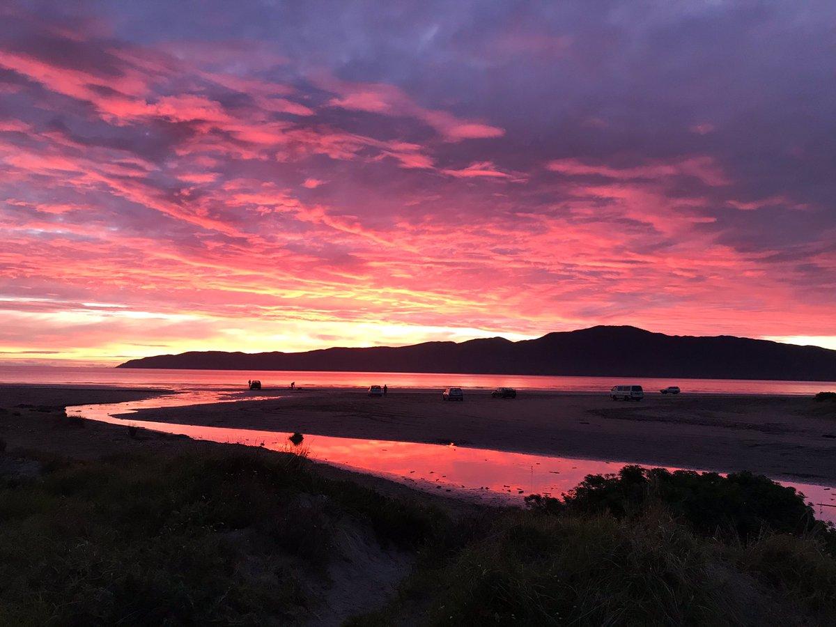 Stunner of a sunset as I was living work. #Winter #NewZealand  #NoFilterNeededpic.twitter.com/0k9DFBZEIM