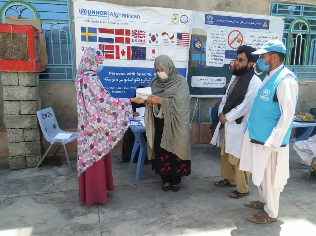 Vulnerable persons are given cash assistance in Helmand province  #coronavirus has had a significant impact on poor households across #Afghanistan - support from the international community is critical! pic.twitter.com/1uLcSzEbFn