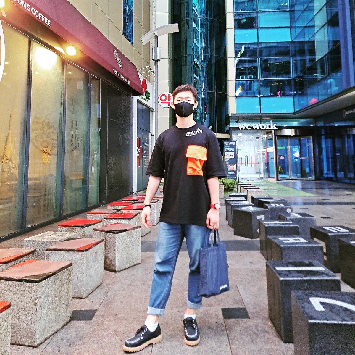 비오는 날 코디 .  #박스티 #스트릿패션 #스트릿 #oodt #2block #청바지패션 #강남 #일상패션 #ストリートファッション #ストリート #日常のコーディネート #koreanfashion #fashionpic.twitter.com/cr9AkkJMM9