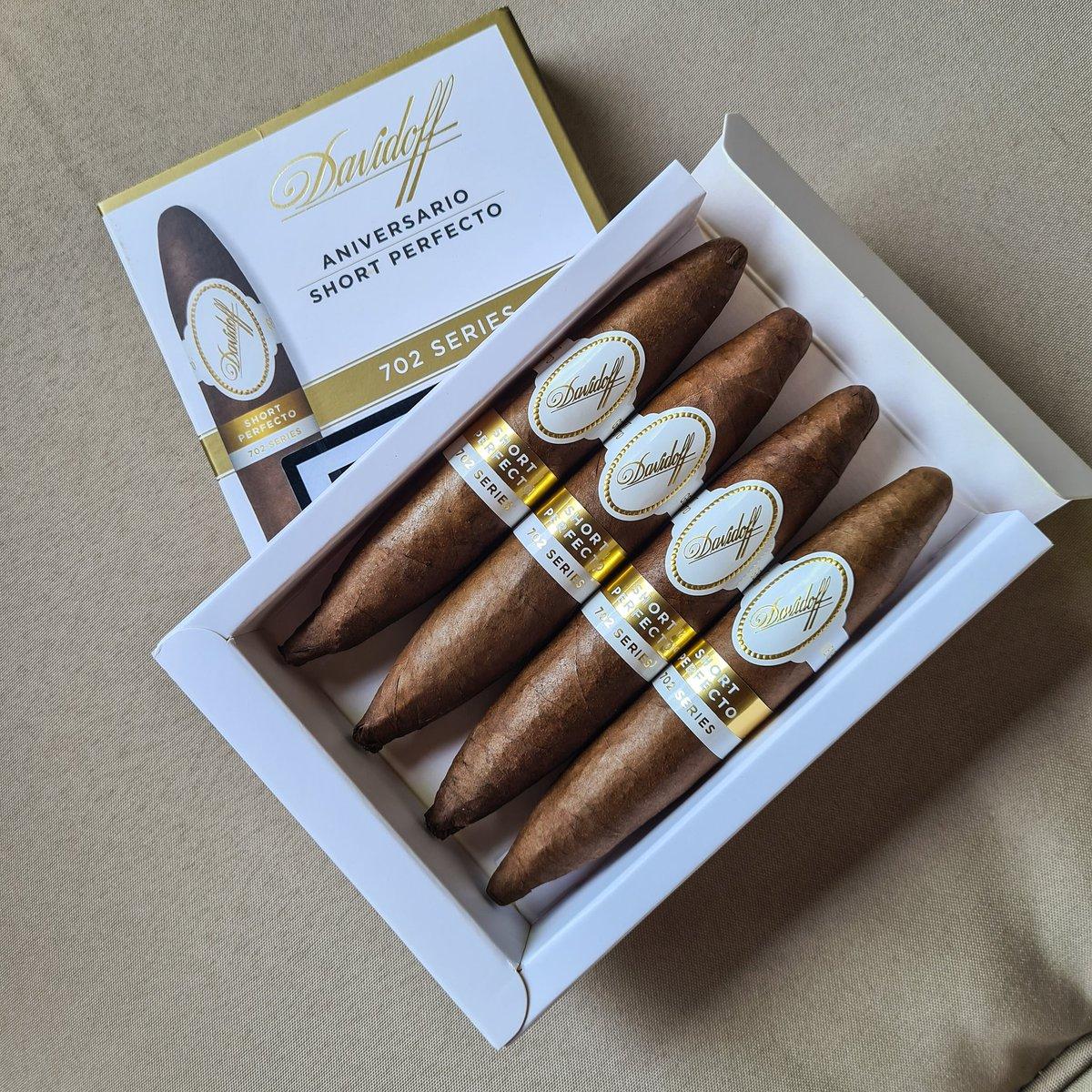 Como bombones gourmet, siempre quieres más. DAVIDOFF Aniversario Short Perfecto 702 Series.  #clubmomentohumo #davidoffcigars #davidoffaniversario #davidoffaniversario702series #cigars #cigarlife #cigarsociety #cigarlover #cigarsnob #cigaraficionado #cigartime #cigarofthedaypic.twitter.com/qWdxvhaIWX