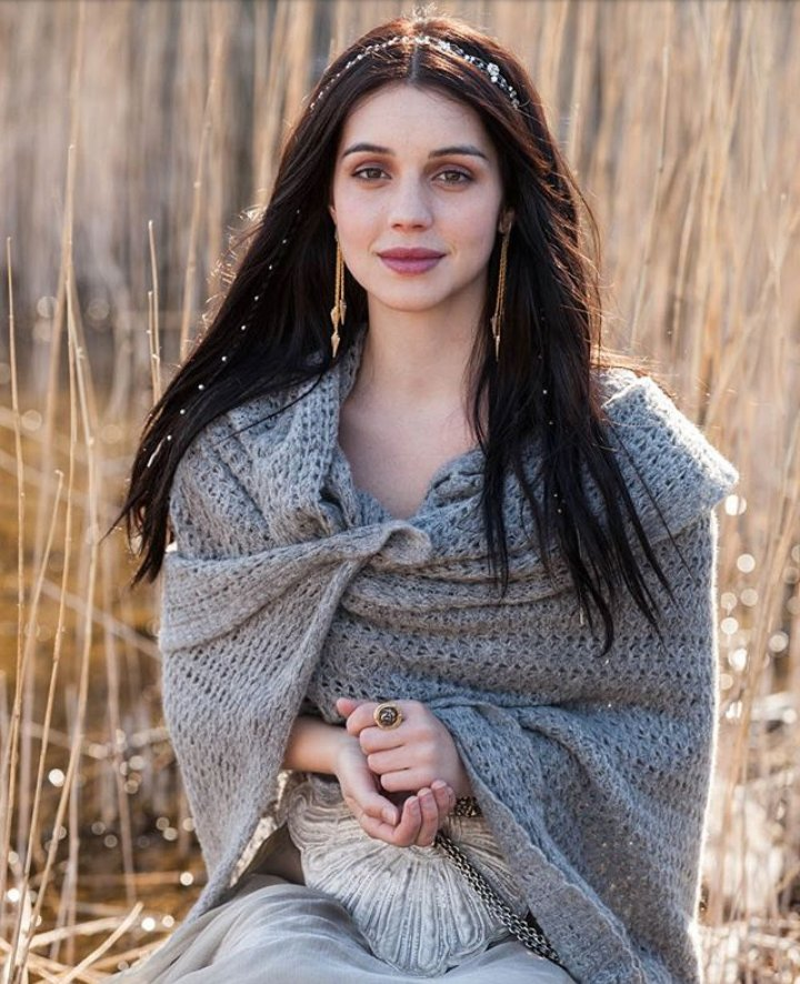 Are beautiful Queen @AdelaideKane good morning  cred @ReignedUsInpic.twitter.com/aDwAw0tv6Z
