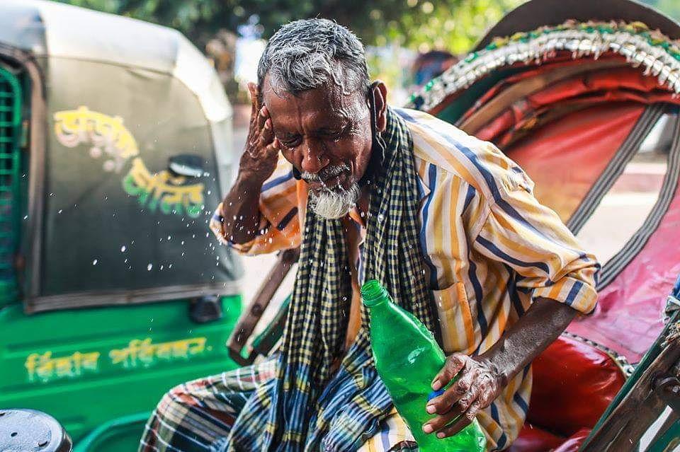 Weather is too hot. Photo by @hossainsazzad. #streetphotography #art #dailylife  #face #photography #photooftheday #weather #life #dhakacity #Citylife #people #adaptation #rickshaw #smile #everydaybangladesh #everydaybd #everydaybgd #everydayeverywhere #everydayasia pic.twitter.com/Vz5586XfGr