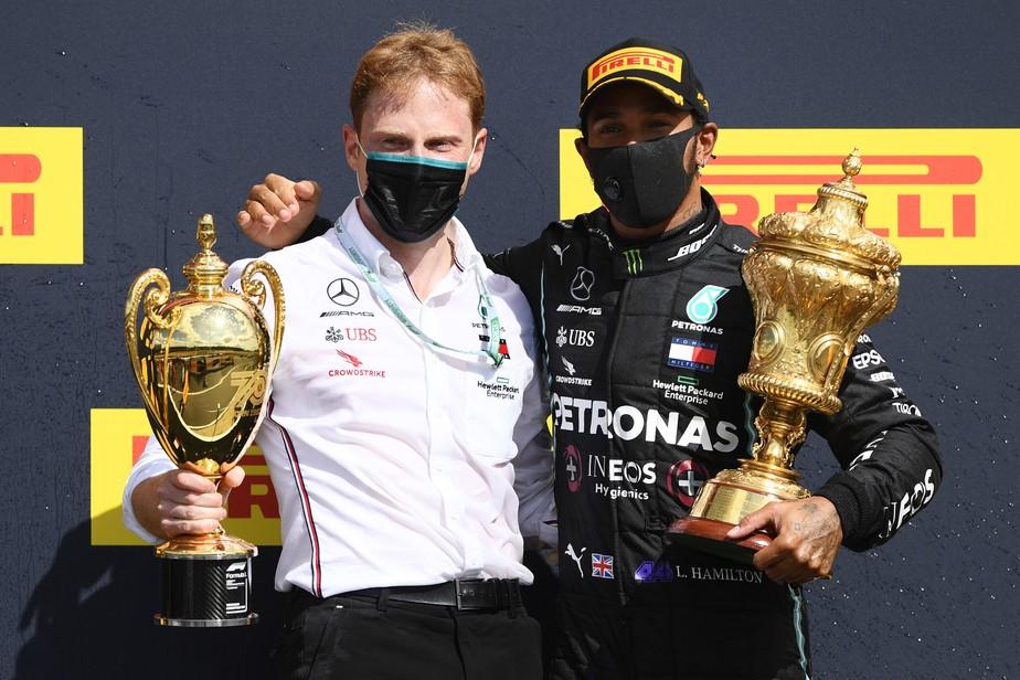 No blog @voandobaixo, conheça o engenheiro da Mercedes Gilles Pironi, herdeiro de uma das mais trágicas e fascinantes histórias da F1. Ele recebeu o troféu pela Mercedes no GP da Inglaterra: https://t.co/2VjJlUkapC #F1naGlobo #F1noSporTV #F1noGE #RafaelLopes #VoandoBaixo https://t.co/qHcXzbC2fe
