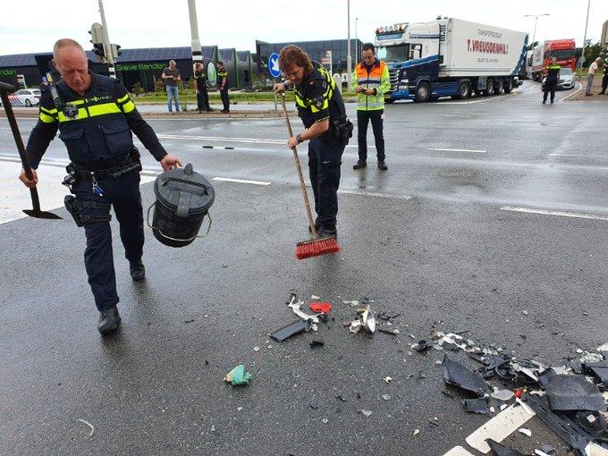 DeLier Ongeluk auto/ vrachtwagen..  Kruispunt wordt weer vrijgeven. Burgemeester van Doornlaan. https://t.co/ye5XGIWZOT