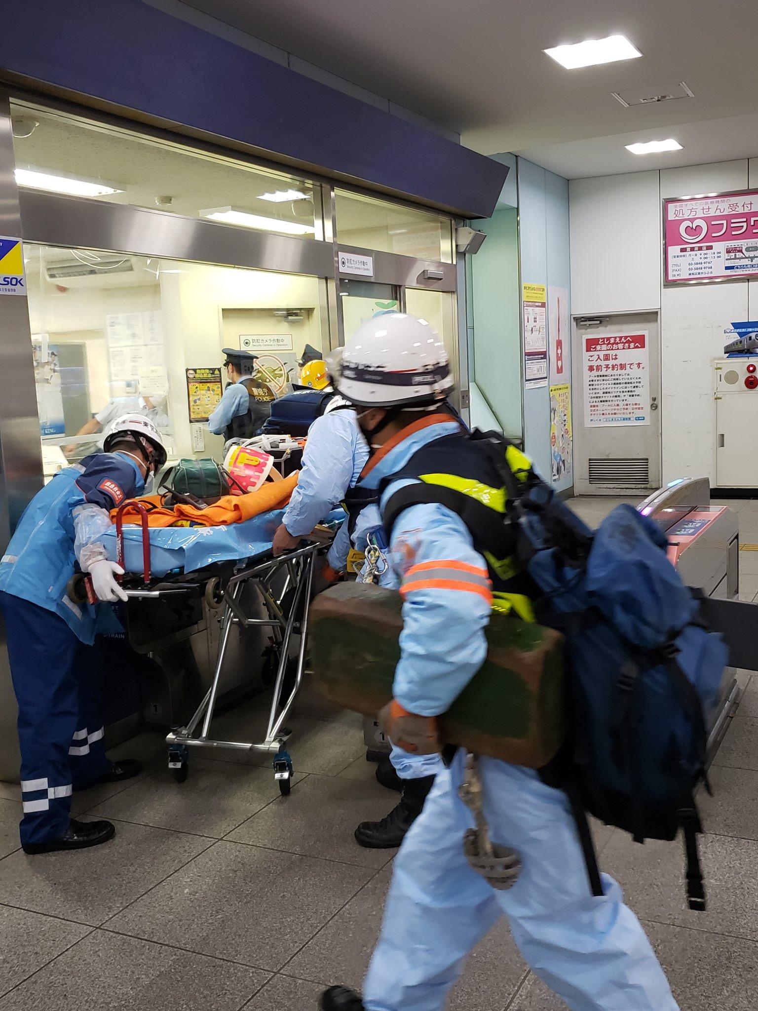 西武池袋線の富士見台駅の人身事故で救急隊が駆けつけている画像
