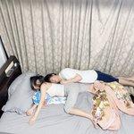 意地でも一緒のベッドで寝たい彼氏は。夏になると彼女の寝相が悪くなる現象に対抗心燃やしています。