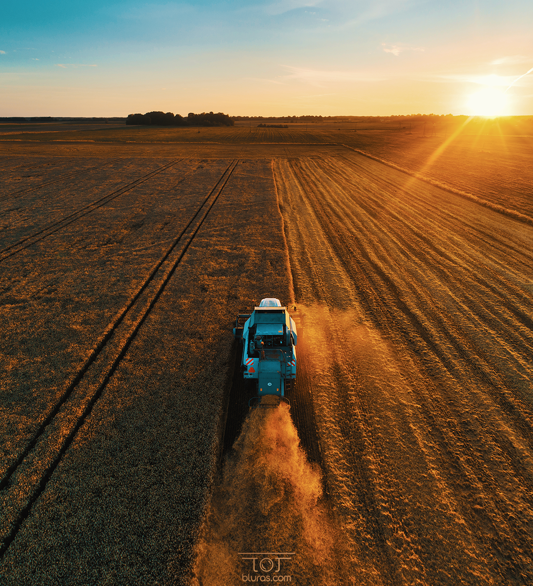 #Sunset #work in #Lithuania | Captured #yesterday using my #drone | http://www.bluras.com  #harvest #harvesting #dronephotography #photographer #aerialphotography #landscape #rostselmashpic.twitter.com/Mv67UilCRO