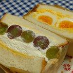 Image for the Tweet beginning: / #柏 でテイクアウトしよう! \ 8月1日ステモS館2階にオープンした【麥乃(むぎの)】さんに行ってきました! ベーコンの深い味わい、野菜のシャキシャキ感、瑞々しいフルーツとクリームの組み合わせにメロメロ😍 サンドイッチを愛しいと思ったのは初めてです😆 #柏テイクアウト #柏エール飯