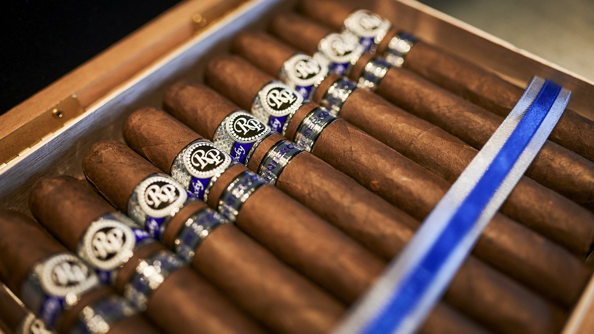 Winter has come early. The Rocky Patel Winter Collection is now available.  Featuring a unique blend that's perfect for the cold -- Get 'em while they're hot!   #cigarworld #cigarsmoker #cigarians #cigarboss  #cigarro #cigartimepic.twitter.com/QEJxQAOG3O