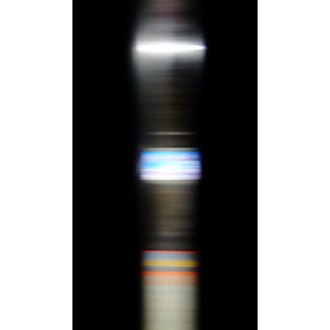 #速度の彫刻  速度でドアの隙間は微妙に変化する  あとは光によってこんな風なカーブを描くこともあり  #あおひー #aohie  #aohiee  #photo  #photoart #photograph #photographer #artphotography  #contemporaryphotography  #contemporaryart  #artist #16x9 #sonycybershot #現代美術 #現代アートpic.twitter.com/3Y8GsiOnIK