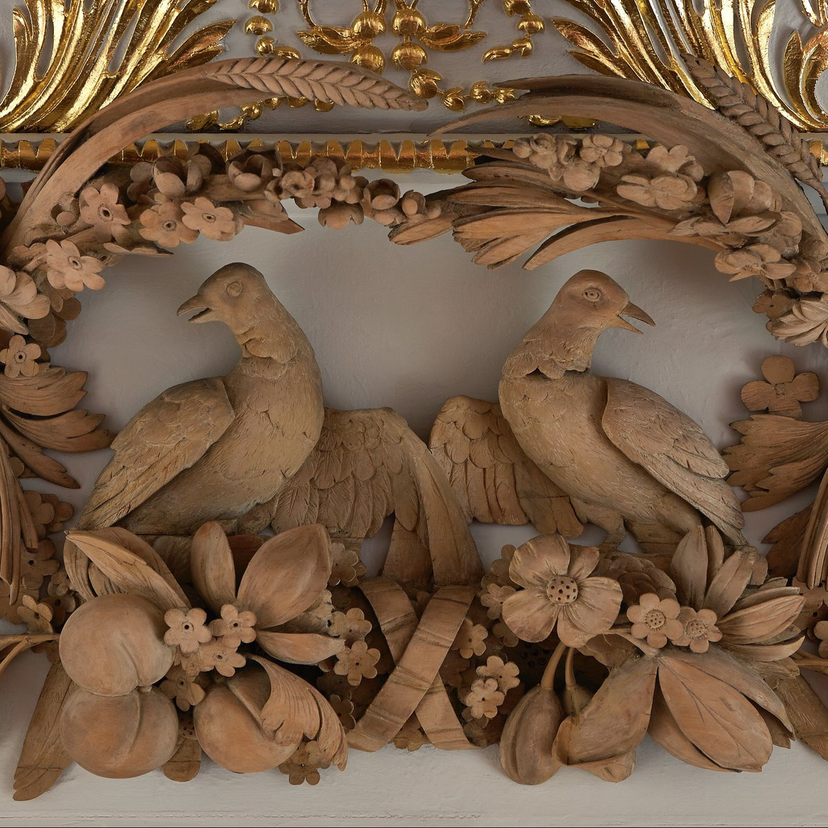 #OTD in 1721, master sculptor and woodcarver Grinling Gibbons died in London. Today you can find his amazingly intricate carvings in wood and stone throughout interiors at #HamptonCourtPalace and #KensingtonPalace. Just look at the level of detail! pic.twitter.com/dfBfSQIWTH