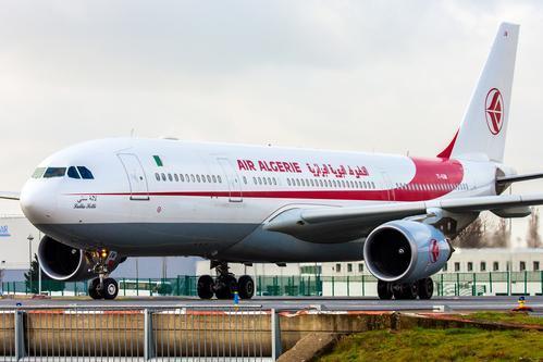 Plus de quatre mois après la suspension des liaisons aériennes avec l'étranger, Air Algérie va opérer son premier départ passagers à partir d'Alger. https://www.tsa-algerie.com/air-algerie-1er-depart-passagers-dalger-vers-paris-depuis-la-mi-mars/?utm_term=Autofeed&utm_medium=Social&utm_source=Twitter#Echobox=1596454760…pic.twitter.com/9ucQ3YInJt
