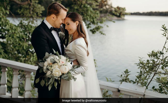 Finlands Prime Minister Sanna Marin marries longtime partner in intimate ceremony ndtv.com/offbeat/finlan…