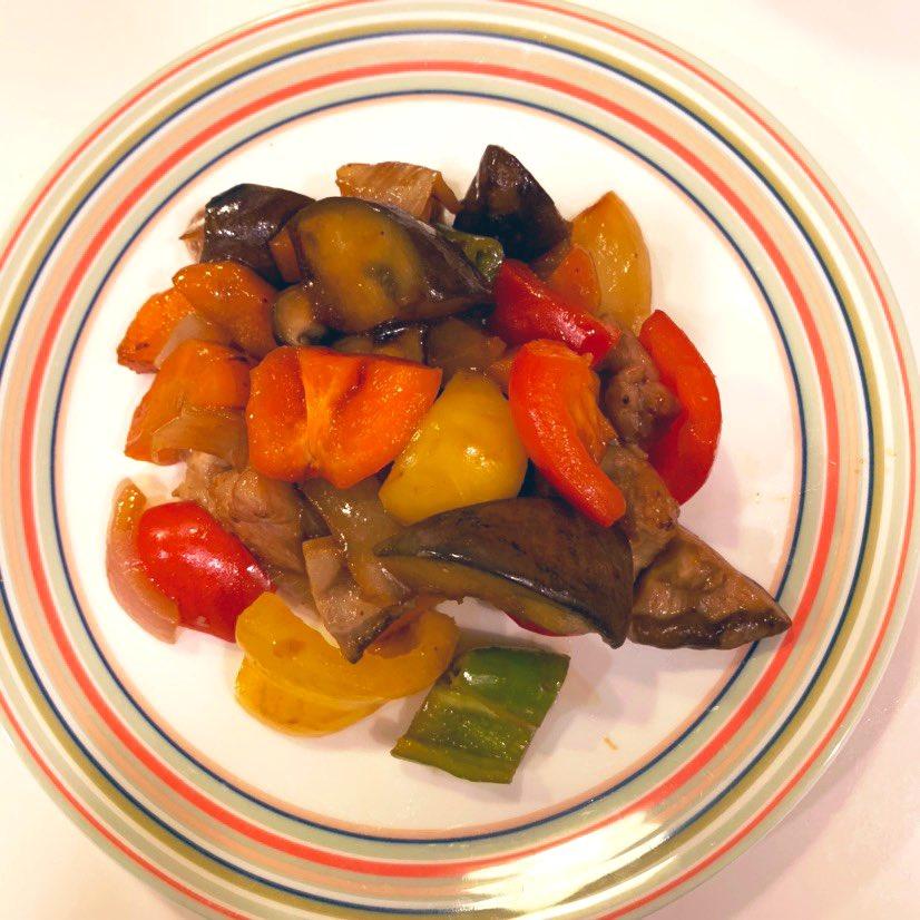 万願寺とうがらしと吉川なすと夏野菜で黒酢あん炒めを作りました。万願寺とうがらしの風味そのままに、ごはんのすすむおかずになりました〜市販の黒酢あんかけで手軽に作れます!#農園たや
