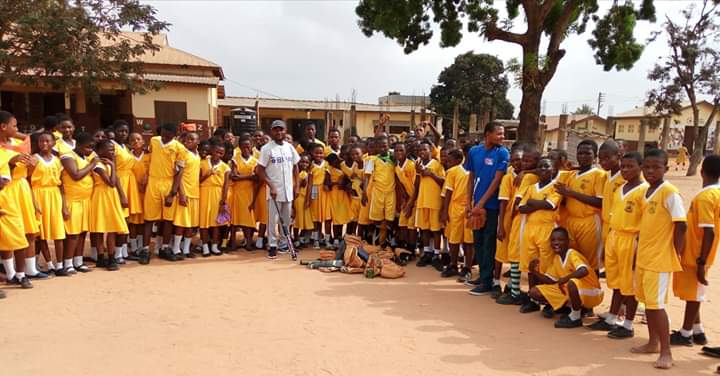 This is the First school we introduced softball. It dates back to February 2017.  ABOSSEY OKAI R/C BASIC SCHOOL, Accra! We have trained over 1,000 school children since then. @SoftbalAmerica @MNBATigers05 @USSSAPride  #WeAreTheGhanaShock! #Helpspreadsoftballinthecommunities3 https://t.co/IAp3VnPygL