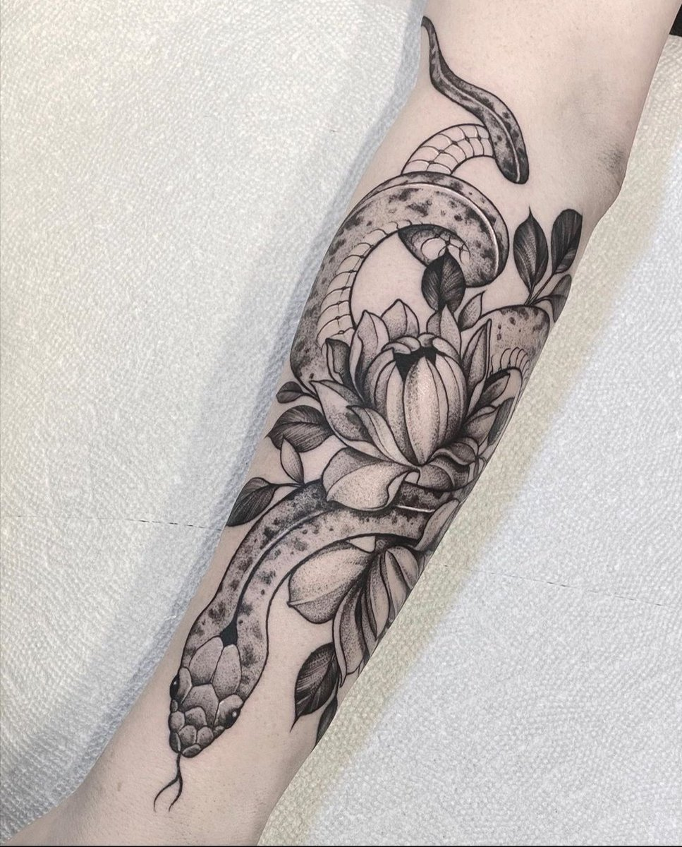 Final resultat of my 6 hours of pain! Next time, we are gonna add some flowers like sakura and spider lilys on my shoulder and the rest of the arm. Artist: https://instagram.com/steph.guillotine?igshid=1tei8k6btkela… #snaketattoo #tattoo #flowerstattoo pic.twitter.com/TMffUwGx2B