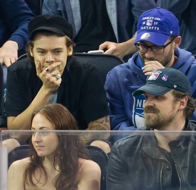 good morning remember when Harry styles was sitting behind David harbour on a game? that was iconic pic.twitter.com/s29WdNX6oc