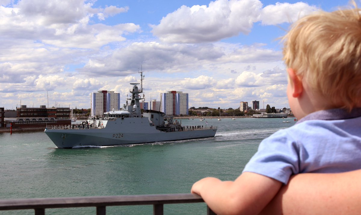 The son of the Commanding Officer for @HMSTrent waved his dad goodbye as the ship deployed today🇬🇧⚓️👋🏻 #RoyalNavy #goodbye #Trent #Portsmouth #captain