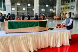 Assam Police Battalion Havaldar Shaktisinh Gajendrasinh Gohil hailing from #Bhavnagar died of heart attack. His dead body was brought at #Ahmedabad Airport today. Gujarat ministers including Bhupendrasinh Jadeja and Pradipsinh Jadeja paid tribute to the ABP Havaldar #Gujaratpic.twitter.com/mNt3sG1g9q