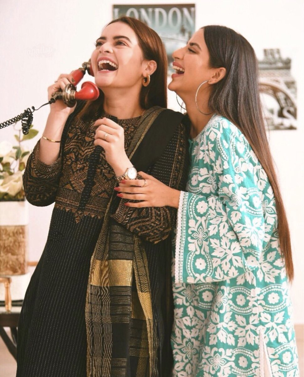 Candid moment of #MinalKhan and #SaboorAly at Eid get together at friend's place  #minal #saboorali #eid #gettogether #candidpic.twitter.com/h7AnFMXua0