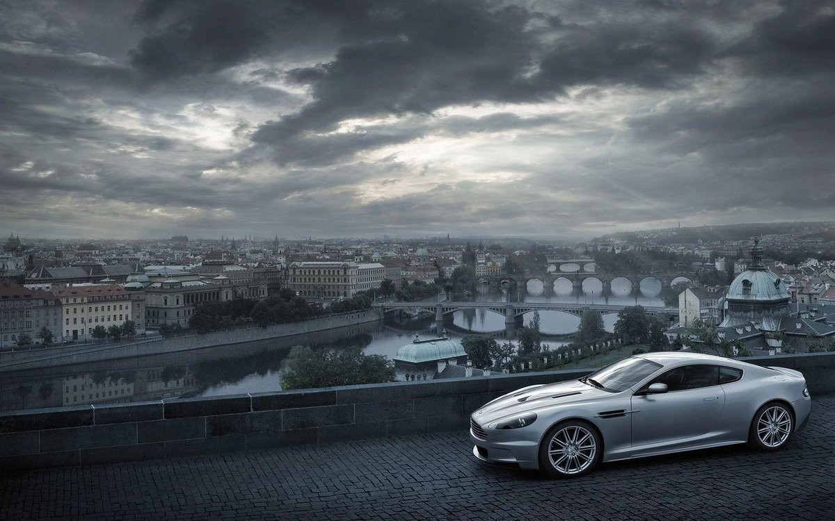 "El nombre es ""Bond, James Bond"". Su bebida, ""Martini, agitado, no revuelto"". Su coche favorito, Aston Martin.  #DanielCraig #007 #JamesBond http://Zuggy.compic.twitter.com/lieDsUrn9D"