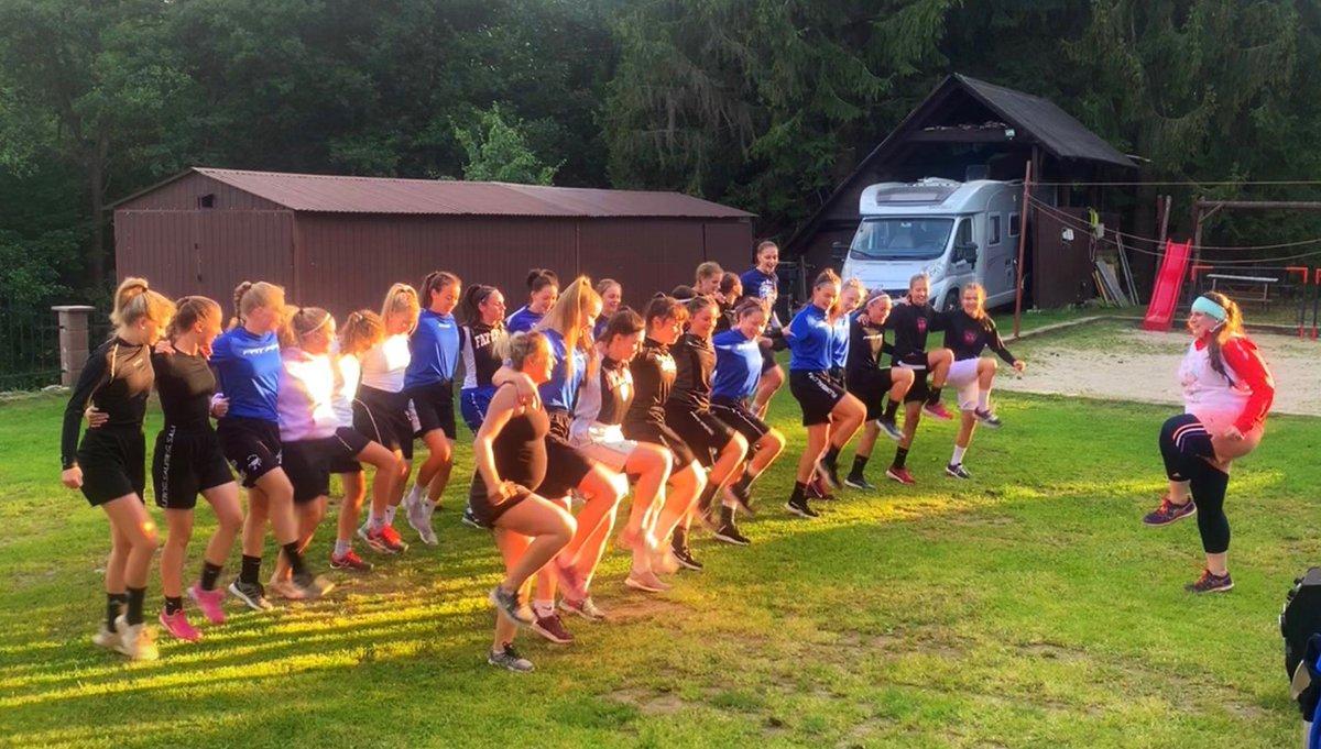 Soustredeni juniorek a dorostenek FAT PIPE Florbal Chodov 2020  v jedne fotce!  Jeden velkej tanec! Miluju nas!pic.twitter.com/l5WSR3qYMJ