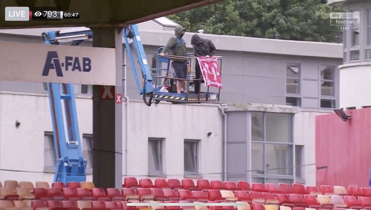 A couple of Aberdeen fans watch their game against Rangers from a Cherry picker on Saturday #COYR #STANDFREE