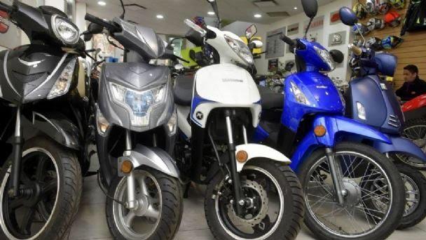 #motos | En #Julio, se patentaron 23.303 motocicletas 🛵  La demanda se mantuvo prácticamente en los mismos niveles de junio, indicó el informe de @acaraoficial 📊.  📝Nota Completa⬇️  https://t.co/07wSQ3ovq1 https://t.co/FyvU18gajo