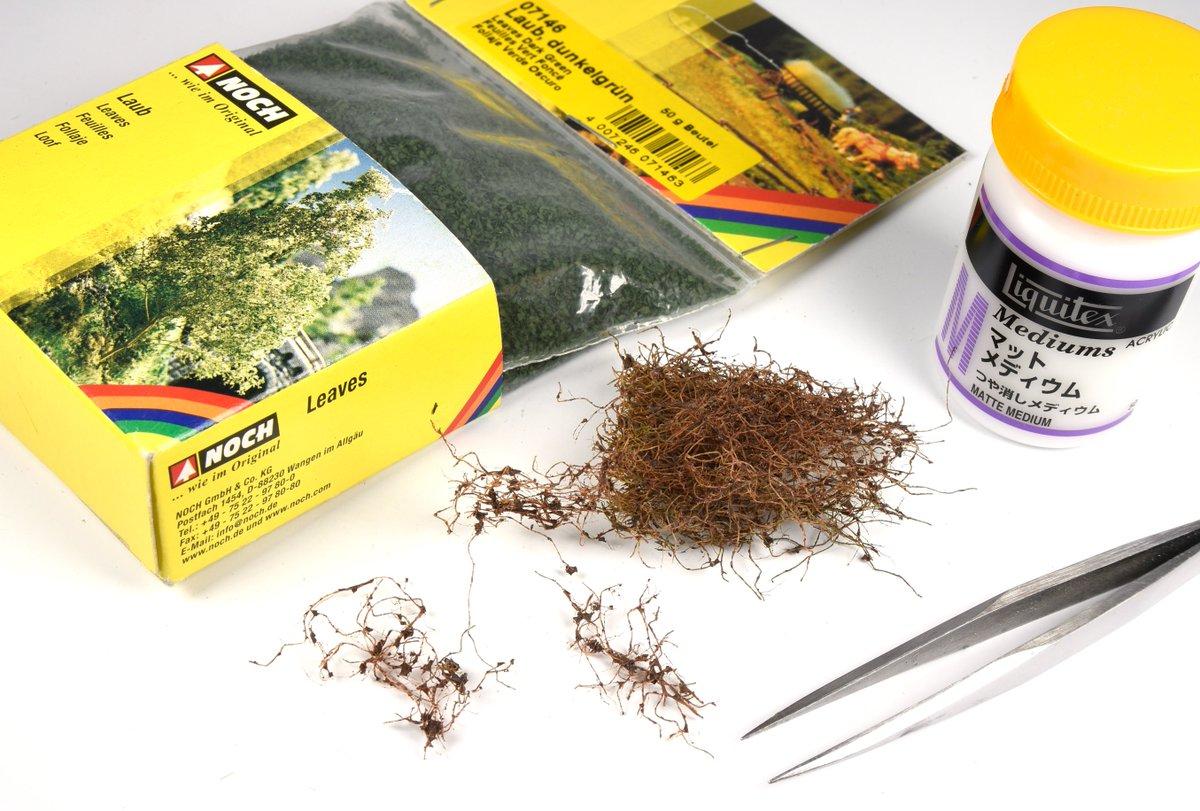 「今月のAM誌で使った素材をハードグラフの作品に植える」その3JOEFIXの「ツタと緑の葉」のツタをほぐして、ノッホの樹葉をマットメディウムで接着すると道端の雑草やツタ系の植物が再現できる。簡単に作れるのでオススメです!