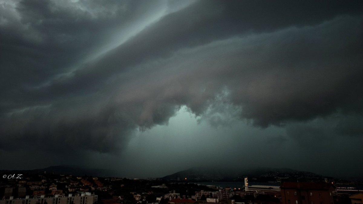 #trieste 03.08.20 #thunderstorm #selfcloud #triestesocial #triesteraccontatrieste #thehub_italia #shot_italia #sonya6000 #carlzeissdistagon25mm #nature #naturephotography #tempestchasers #comuneditrieste #triesteprima #triestesocial #triesteraccontatriestepic.twitter.com/ClG0m46HPg