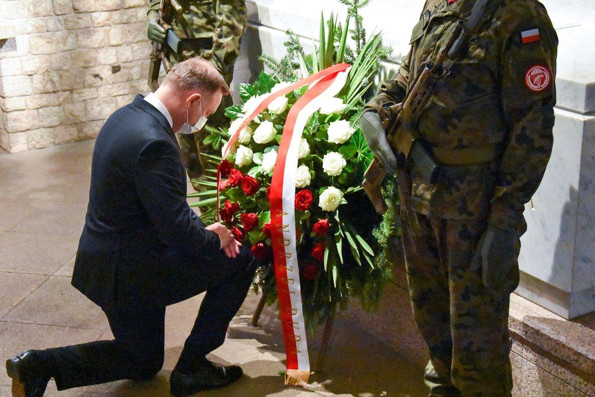 Andrzej Duda złożył kwiaty na grobie Pary Prezydenckiej Marii i Lecha Kaczyńskich. pic.twitter.com/iTWri8eVxN