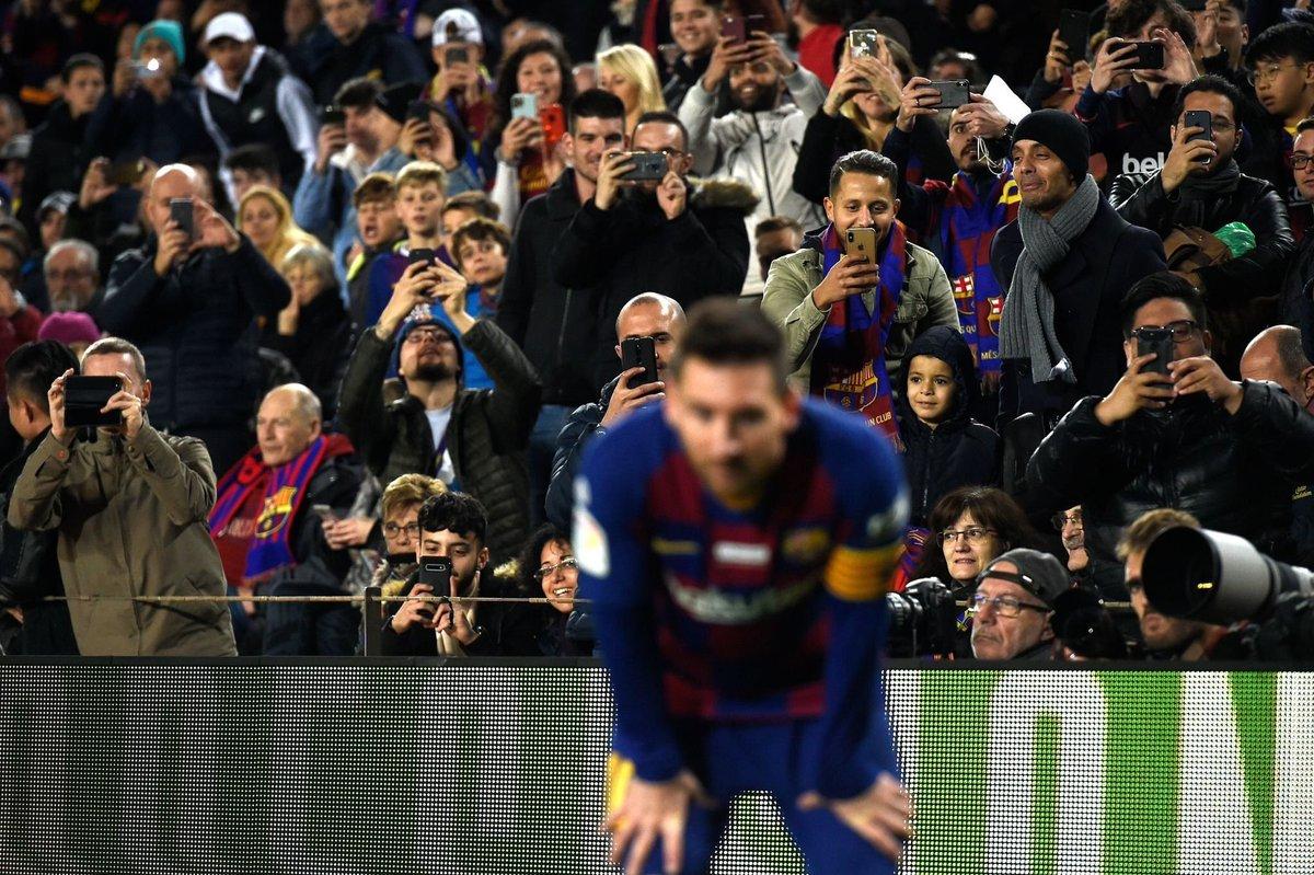 🇦🇷 Messi esta temporada compitió con: - Immobile, Lewandowski, Cristiano y Werner en GOLES - De Bruyne, Papu Gómez, Müller y Di María en ASISTENCIAS - Neymar, Adama Traoré, Boga y Kostic en REGATES - Fue líder de goleo, fue líder de asistencias y fue líder de regates en La Liga