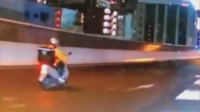 【禁止】ウーバーイーツ配達員とみられる人物、原付きバイクで高速を走行 愛知警察は、何らかの方法で料金所から高速道路に侵入したとみて、道路交通法の通行禁止違反の疑いで調べている。