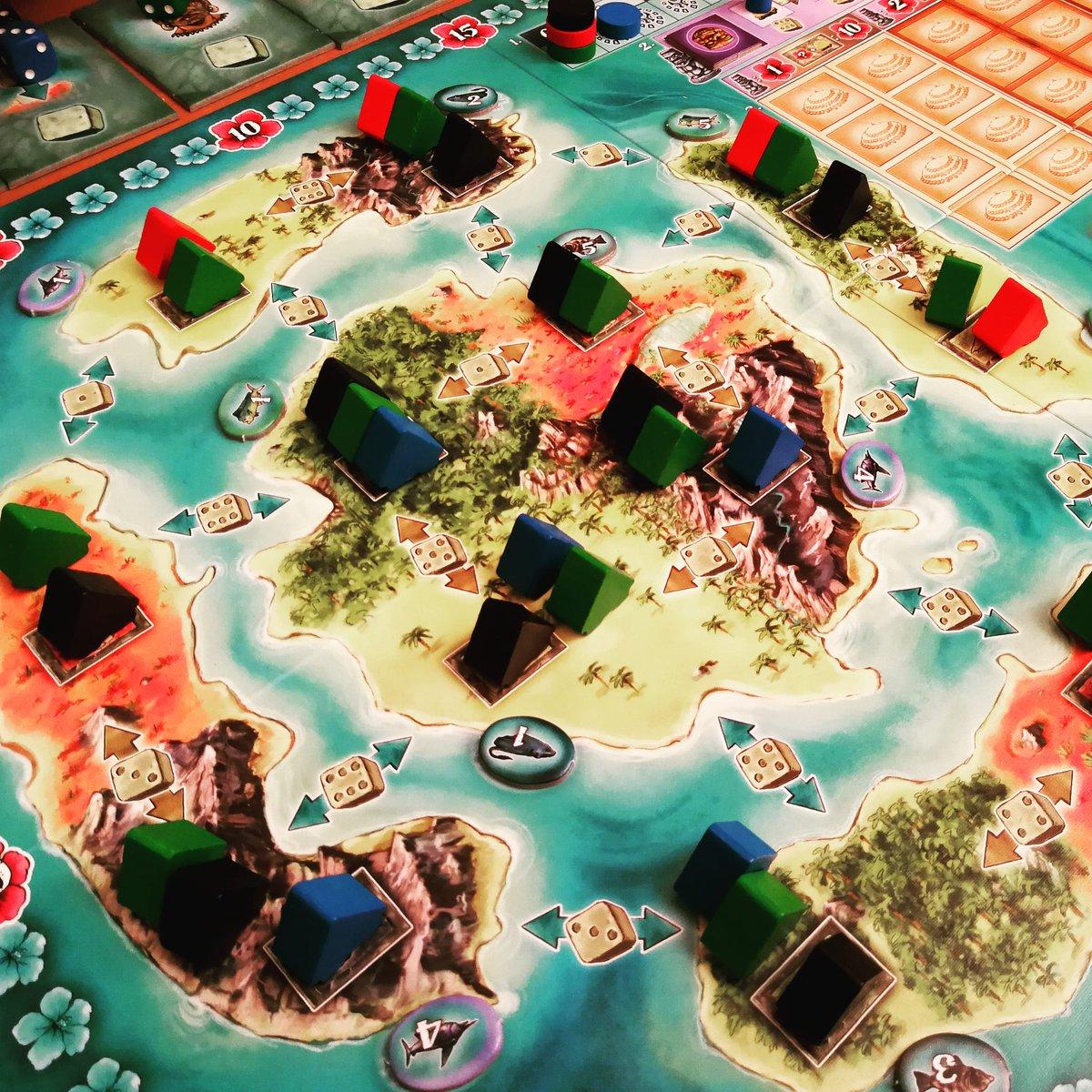 """""""Bora Bora"""" von Stefan Feld erschienen bei @RavensburgerUK   Eines von Felds """"Würfel-Einsetz"""" Spielen, welches leider auch nach mehreren Partien nicht ganz überzeugen konnte   Die Konkurrenz im eigenen Haus mit """"Merlin"""" oder """"Burgen von Burgund"""" ist zu groß #brettspielpic.twitter.com/PB4LPDjnlm"""