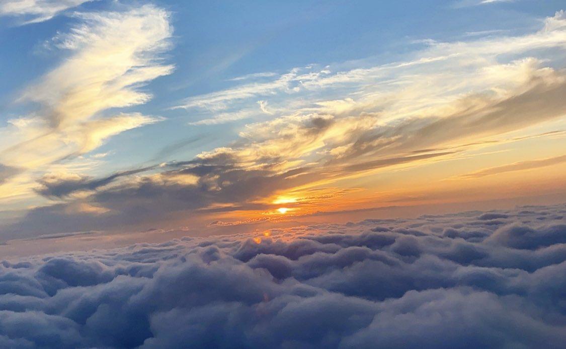 そういえば帰りの飛行機からの景色がマジでアスノヨゾラだった