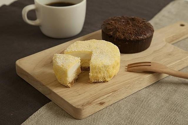 【コスパ抜群】無印良品の「2層仕立てのチーズケーキ」が話題さわやかなレアチーズと、濃厚なベイクドチーズの2層仕立て。当初は15店舗限定だったが、現在は取り扱い店舗が増えている。