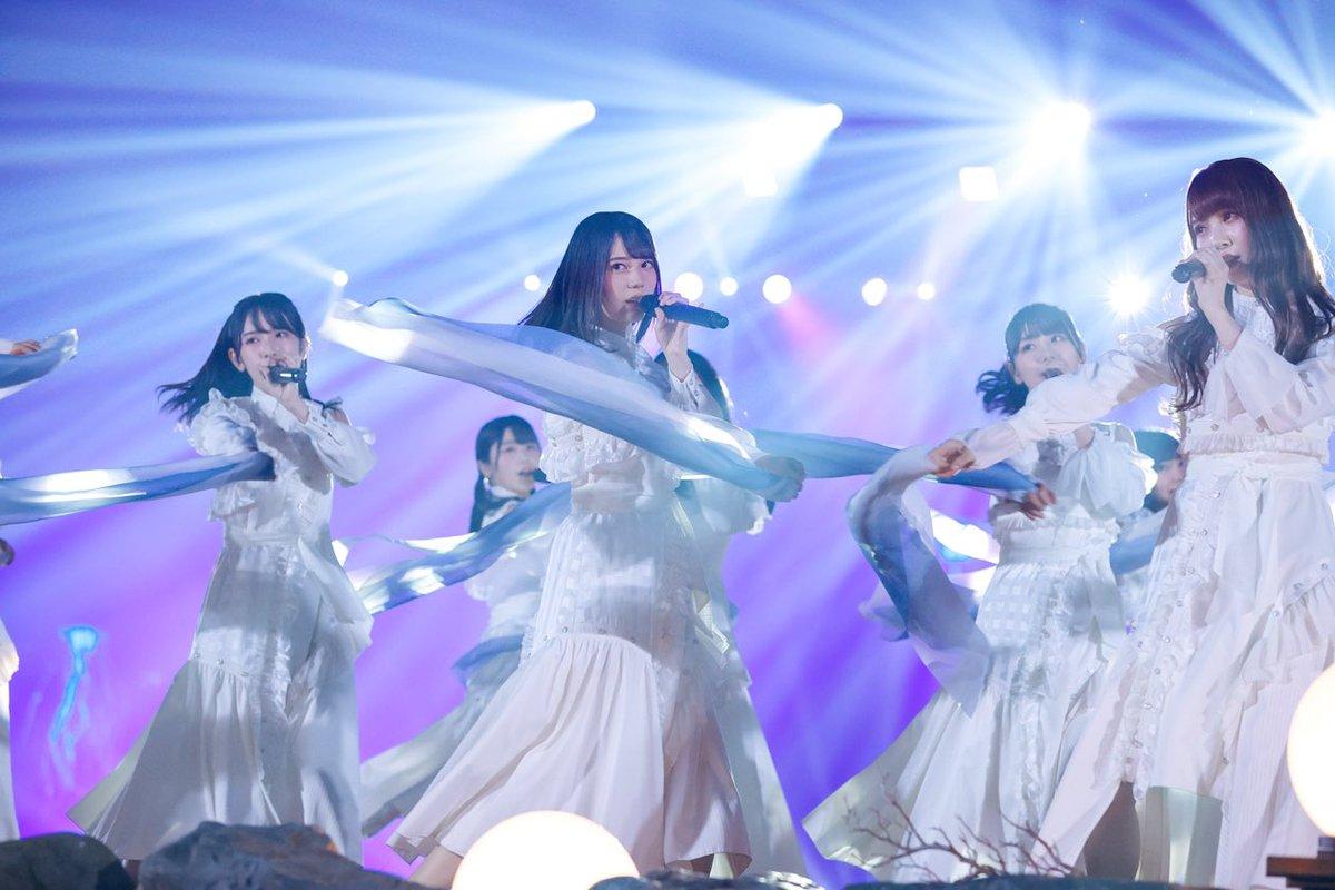 """日向坂46 「HINATAZAKA46 Live Online,YES!with YOU!〜""""22⼈""""の⾳楽隊と⾵変わりな仲間たち〜」オフィシャルスチールの撮影を担当しました。昨年のデビューカウントダウンライブ!!ぶりなのもあって、終始ワクワクしながらの撮影でした。ぜひチェックしてみてください👏🏻#日向坂46#22人の音楽隊"""