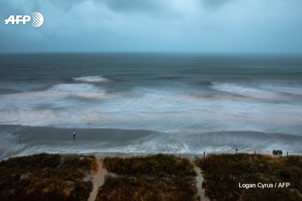 #UPDATES Hurricane Isaias slams into North Carolina, bringing life-threatening storm surges, as the entire US eastern seaboard battens down, fearing flash floods and destructive winds https://t.co/VIkP4LGC7v https://t.co/KlKqAmTzLW