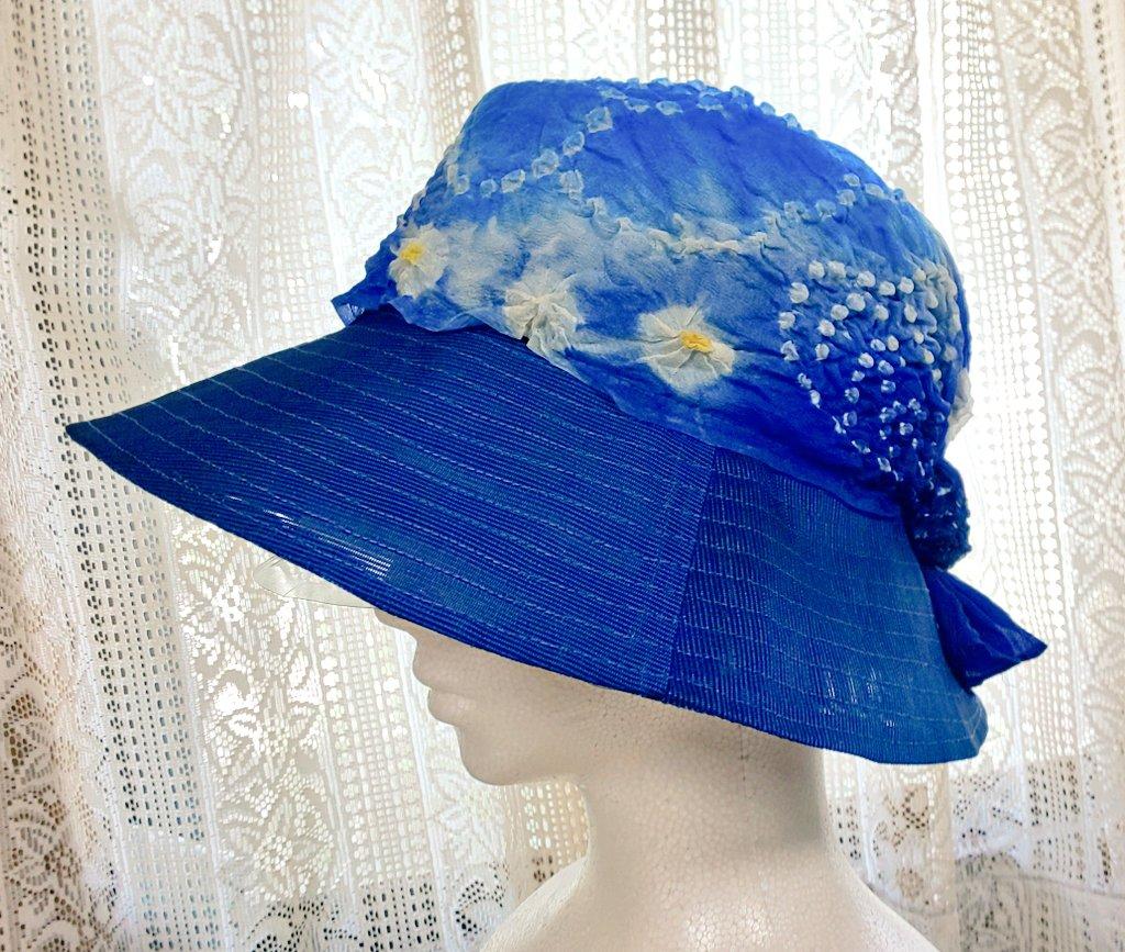 きよちゃんの遺品整理(まだ途中)にかなり時間かかったけど、昨日からは、京都から持ってきた制作途中の帽子などの仕上げをしてる。青い夏帯からの帽子が2つ完成♪ これは1つ目。男の子用の兵児帯(化繊)も使ってみたけど素敵でしょ? 夏帯の透け感が分かるように、窓際で写真撮ってみた。