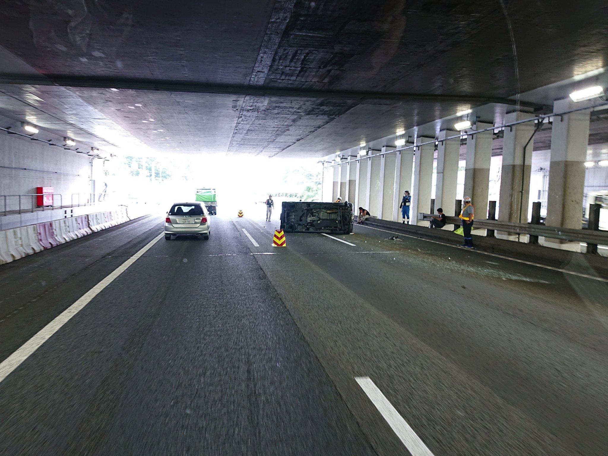東名高速の大和トンネルの横転事故の現場の画像