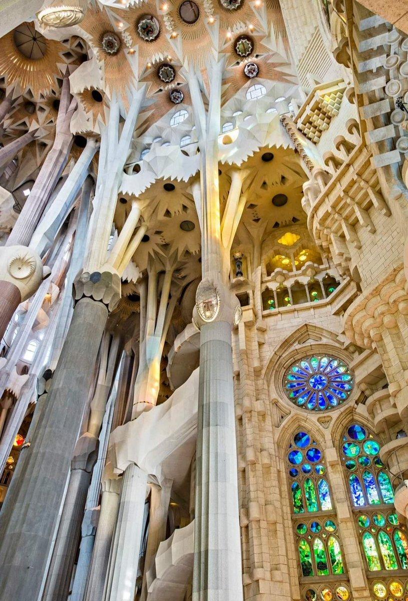 Le quattrocolonne piu importantiimportanti della Basilica de la  Sagrada Familiasono quelle dedicate ai quattro evangelisti. Si ergono al centrodellacrociera e sosterranno la grande cupola centrale dedicata a Gesù Cristo, a 170 mt d'altezza.  #ColonneDArte  #VentagliDiParolepic.twitter.com/gcZh8FvLdY